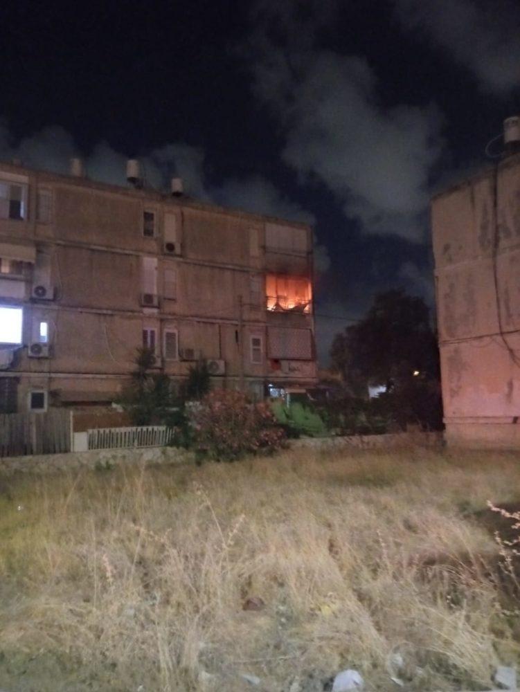 שריפה בדירה בקריית ים (צילום: דב חיימוביץ)