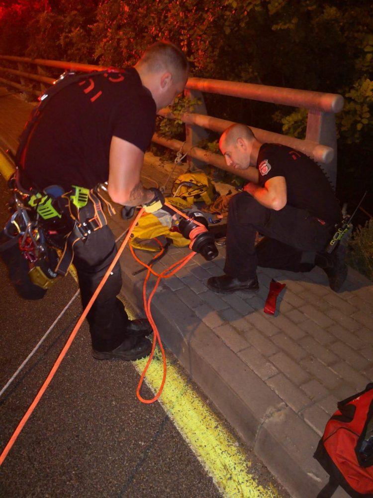 חילוץ אופנוע מזירת התאונה (צילום: כבאות והצלה)