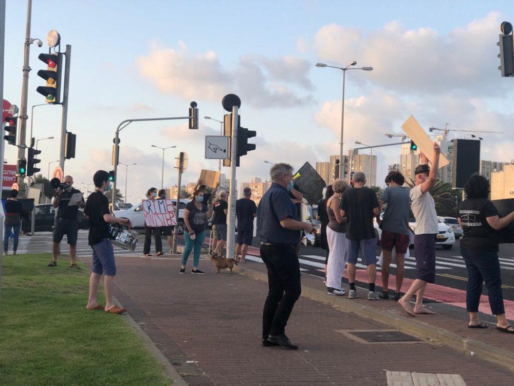 הפגנה נגד השלטון בצומת מקסים בחיפה (צילום: ליאת מולכו)
