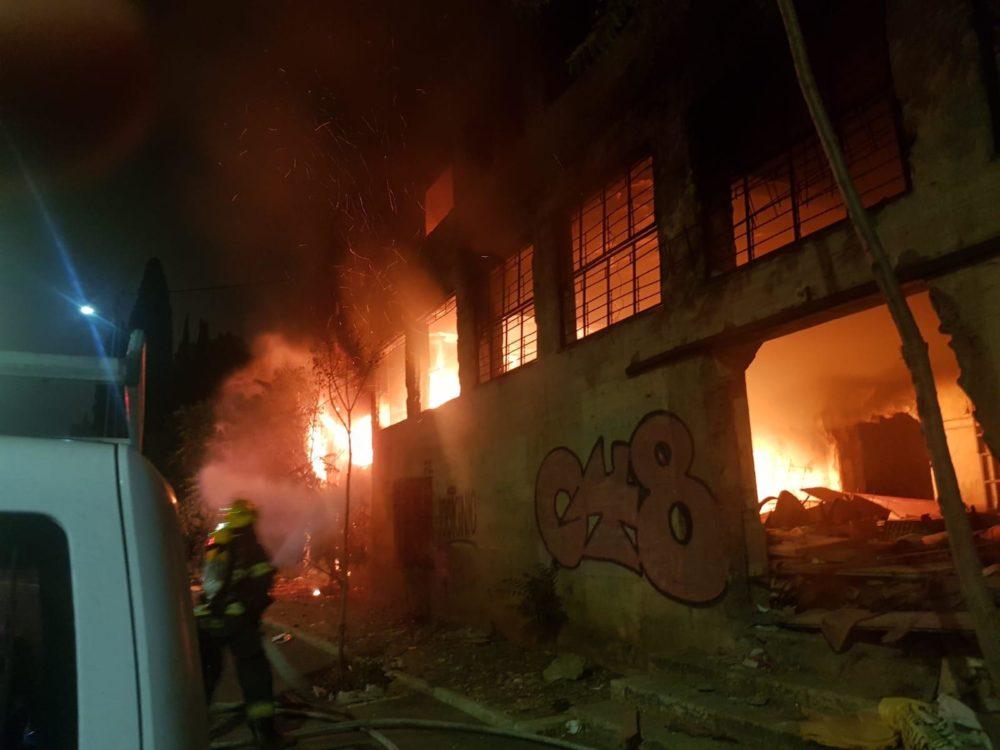 שריפה ברחוב הרב מרכוס בחיפה (צילום: כבאות והצלה)