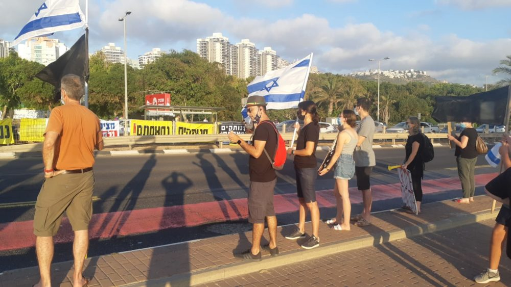מפגינים נגד השחיתות בחיפה הותקפו באבנים • פצועה קל פונתה באמבולנס (צילום: חי פה)
