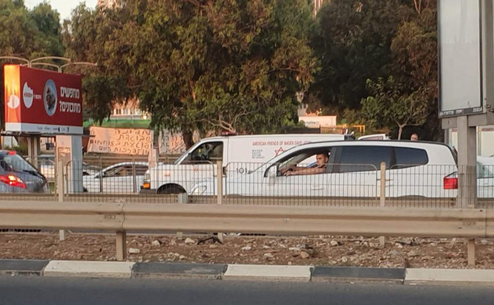 אמבולנס מפנה את הפצועה מההפגנה בחיפה - מפגינים נגד השחיתות בחיפה הותקפו באבנים • פצועה קל פונתה באמבולנס (צילום: חיליק אביבי)