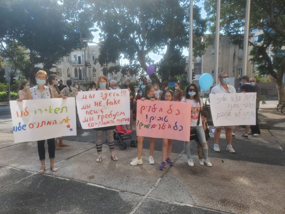 """הפגנה ליד בניין העירייה נגד סגירת המתנ""""ס (צילום: טלי מילוא)ה ליד בניין העירייה נגד סגירת המתנ""""ס"""