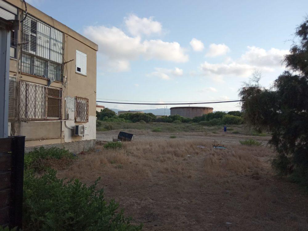 """חוות מיכלי הדלק תש""""ן בקריית חיים - קירבה לבתי מגורים ברחוב דגניה (צילום מגמה ירוקה)"""
