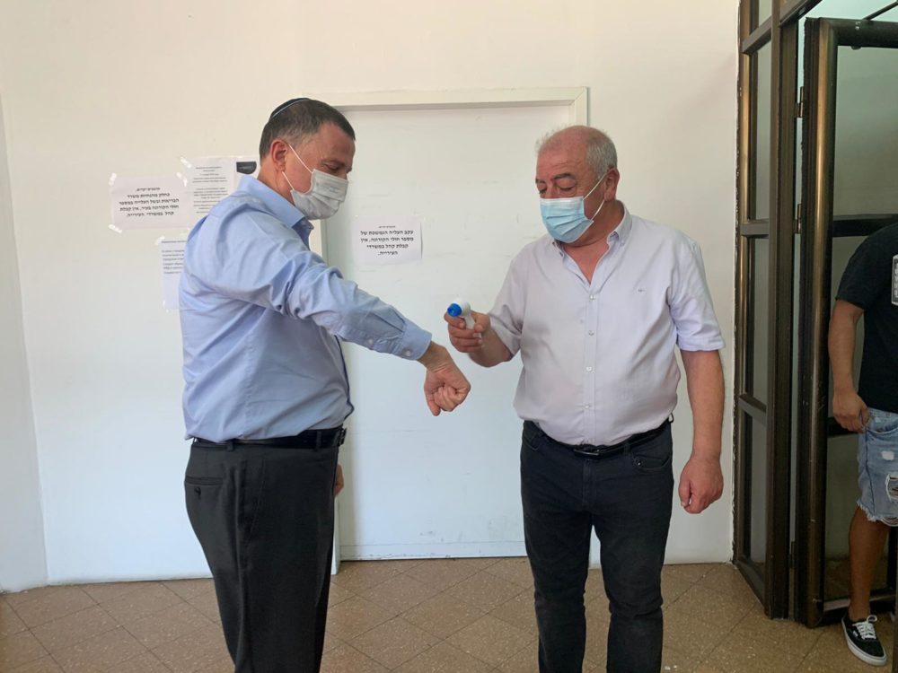אדלשטיין ודוד אבן צור בקריית ים (צילום: דוברות עיריית קריית ים)