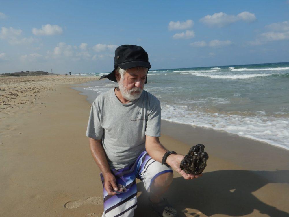 גושי זפת ברצועת החוף בחיפה