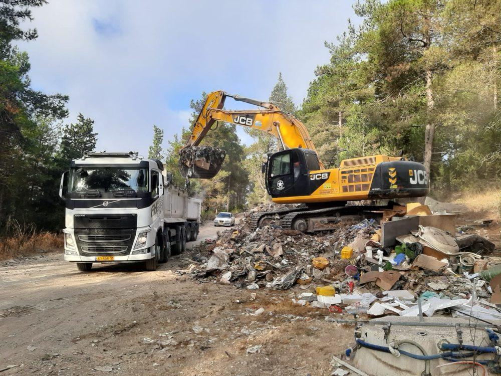 תחילת פינוי פסולת בעוספיה (צילום: אורן הרמן, המשרד להגנת הסביבה)