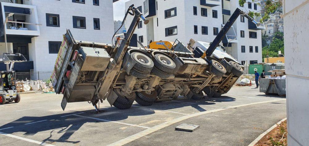 משאית התהפכה (צילום: איחוד הצלה)