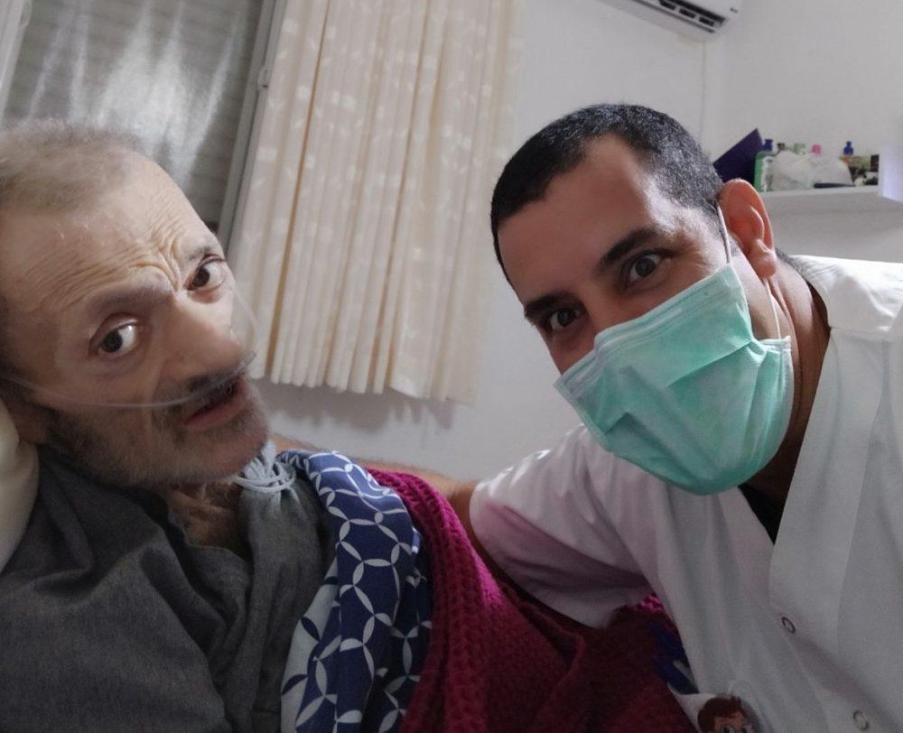 יובל פונימונסקי מהמשך טיפול והוספיס בית עם המטופל יחזקאל גריסרו (צילום: דוברות כללית)