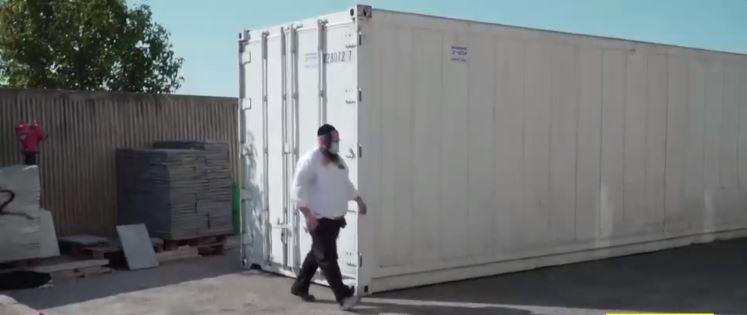 מכולה לטהרת נפטרי קורונה (צילום מסך: ערוץ 13)
