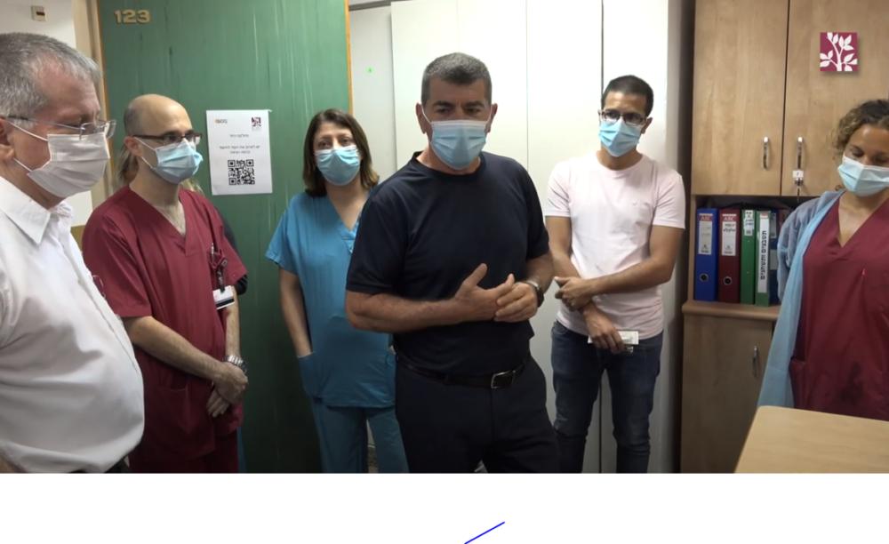 """אשכנזי עם הצוות הרפואי ברמב""""ם (צילום: דוברות רמב""""ם)"""