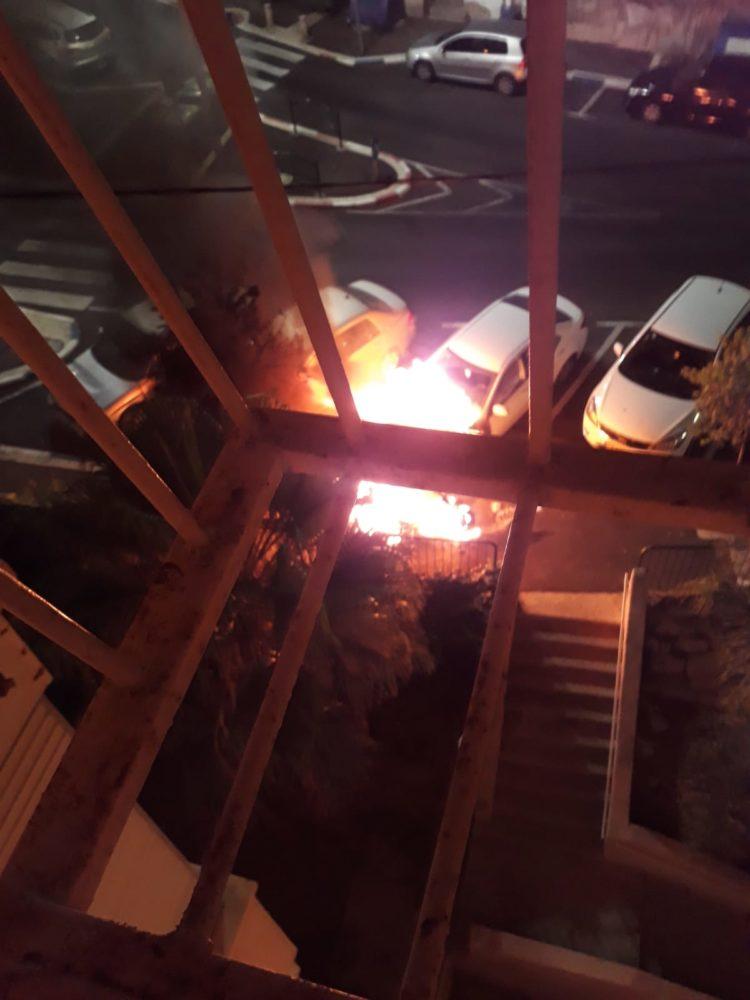 כיבוי רכב בוער ברחוב הס בחיפה (צילום: אורנה מנדלסון)