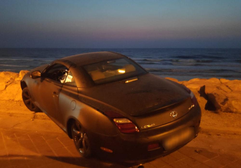 רכב הלקסוס ספורט טס לתוך טיילת חוף דדו בחיפה ונתקע בסלעים (צילום: ששון יונה)