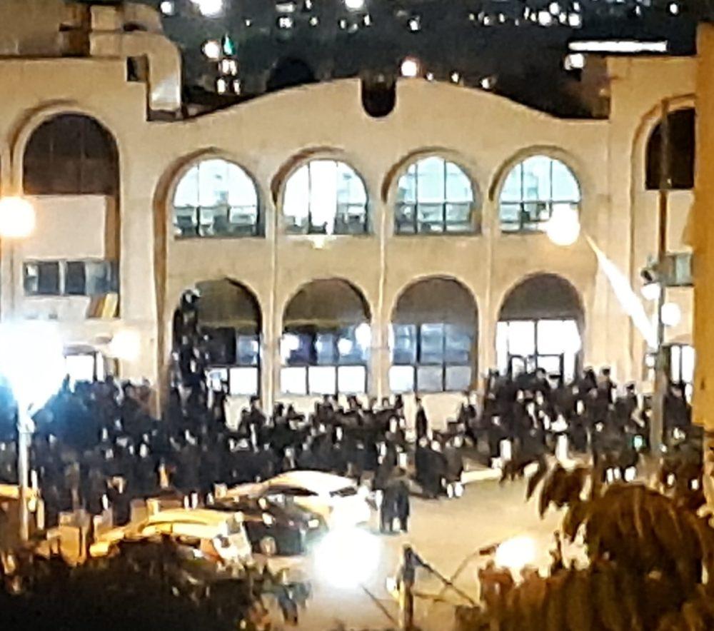 התקהלות ענקית, היעדר אכיפה וצפצוף על החוק בשכונת ויז'ניץ בחיפה לאחר כניסת הסגר בערב ראש השנה (צילום: טטיאנה ג'ון - חיפה ביתנו)