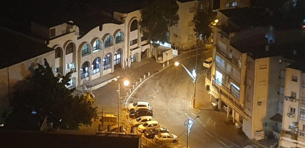 בית הכנסת ברמת ויז'ניץ ריק לאחר התערבות המשטרה (צילום: רוני אלכסנדרובסקי)