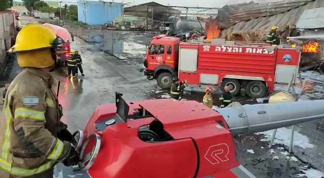 המחסן בוער - יום כיפור - שרפה גדולה באזור התעשייה מילגד (צילום: כבאות והצלה)
