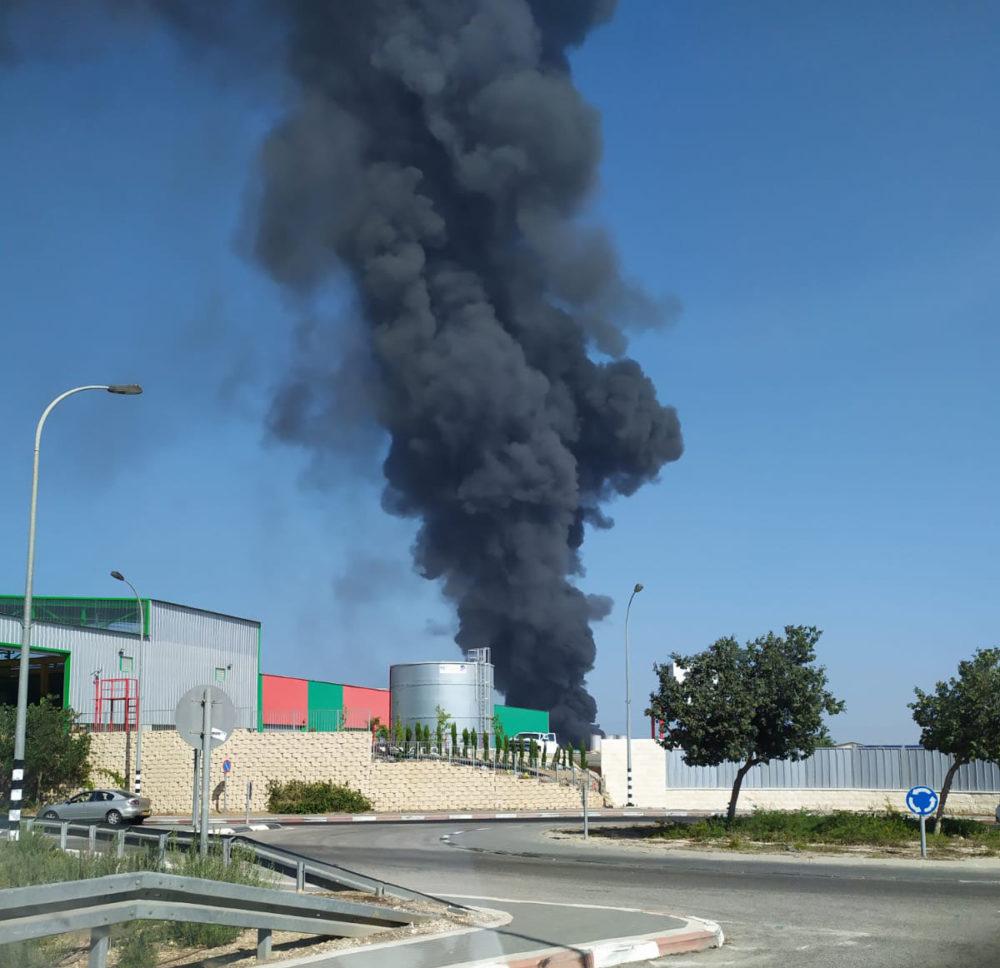 שרפה בחצר מילואות - נעמן (צילום: איחוד הצלה)