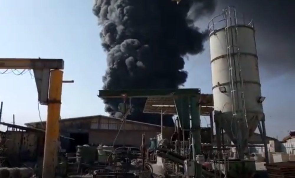 שרפה בחצר מילואות באזור התעשייה נעמן (צילום: דייויד מכלין)