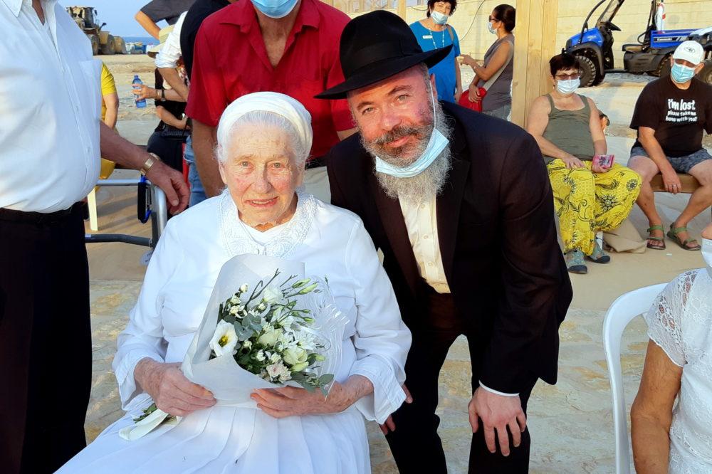 """הרב שלמה חיים ליסון - שליח חב""""ד בכרמל המערבי עם חולדה גורביץ' (צילום: אדיר יזירף)"""