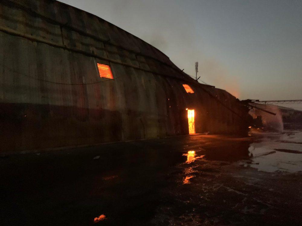 ערב כיפור - המחסן עדיין בוער - השריפה באזור התעשייה מילגד (צילום: כבאות והצלה)