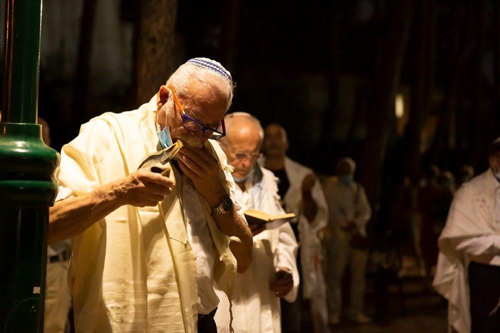 תקיעת שופר - תפילות יום כיפור בשכונת גבעת אורנים בחיפה (צילום: אקי פלקסר)