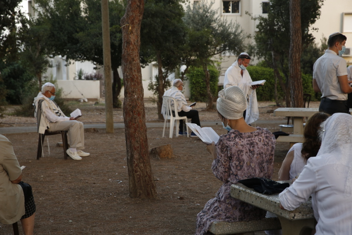 תפילות יום כיפור בשכונת גבעת אורנים בחיפה (צילום: אקי פלקסר)