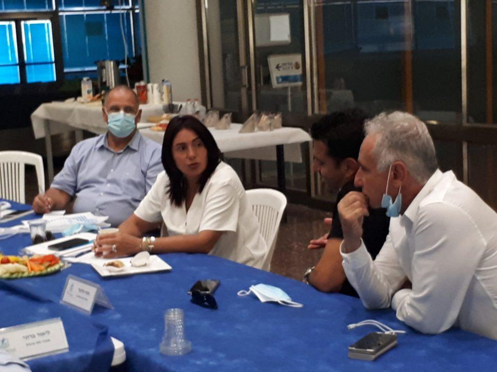 חזי עיני (מימין) ומירי רגב בישיבה עם ועד נמל חיפה (צילום: חזי עיני)