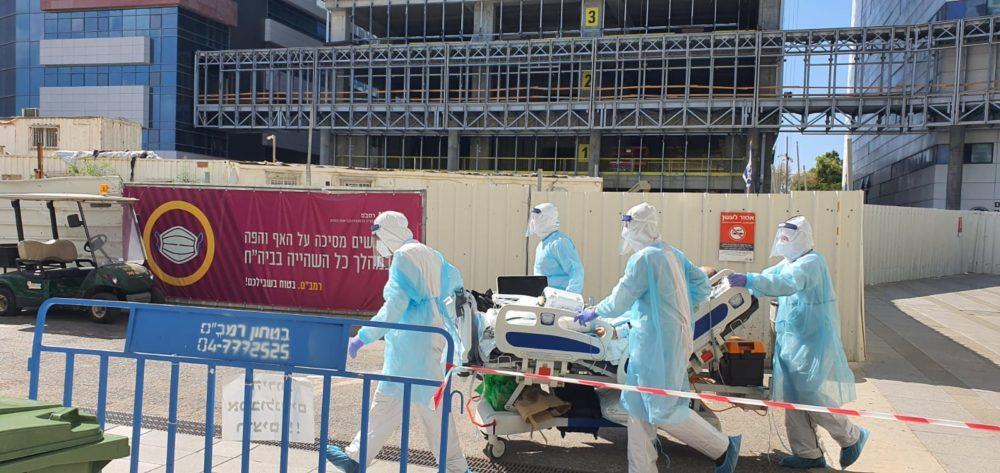 """העברת חולי קורונה לבית החולים התת קרקעי על ידי צוות מיוחד (צילום: דוברות רמב""""ם)"""