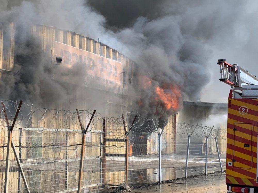 התחדשות האש - מחסן בוער - השריפה באזור התעשיה מילגד (צילום: כבאות והצלה)
