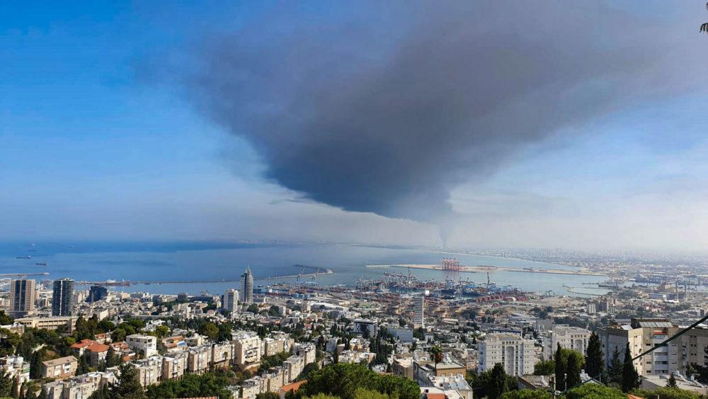 שרפה בחצר מילואות - נעמן - העשן בדרכו לחיפה עם הרוח הצפונית (צילום: ליעוז חמו)