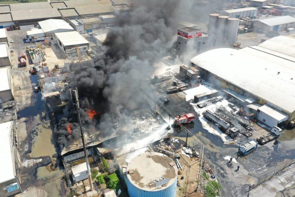 צילום ממסוק • שרפה בפרק תעשיות מילגד מדרום לכפר מסריק (צילום: כבאות והצלה)