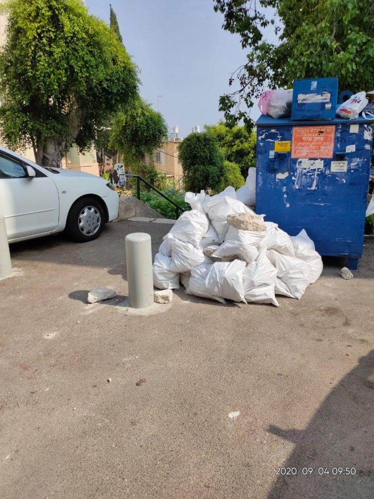 פסולת בניין מושלכת במקומות ציבוריים (צילום: דוברות עיריית חיפה))