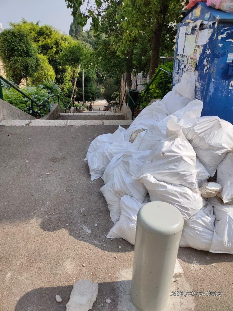 השלכת פסולת בניין בשטח ציבורי (צילום: דוברות עיריית חיפה)