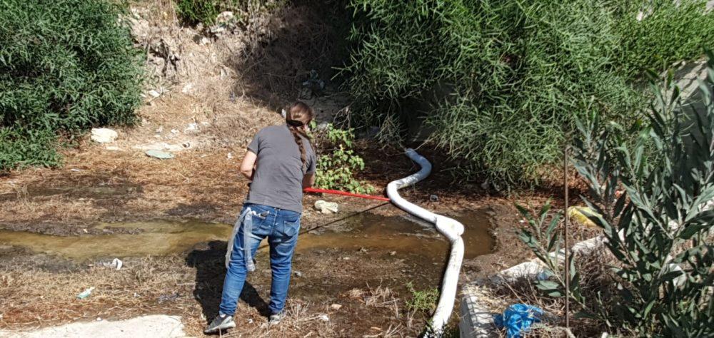 בלימת זרימת השמן לנחל נעמן. (צילום: אלי דרור רשות הטבע והגנים)