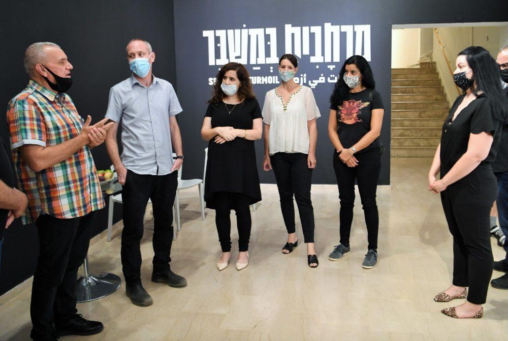 חילי טרופר עם נעמה לזימי ויותם יקיר, מוזאון חיפה לאומנות