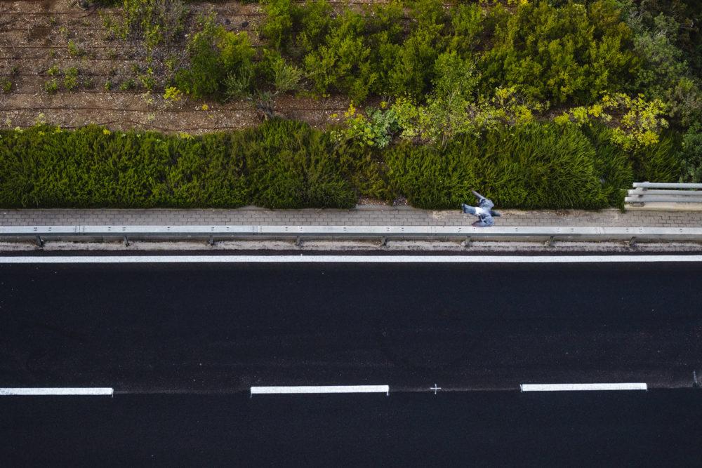 פעלולי סקייטבורד בכביש הריק| יום כיפור (צילום: עדי שילר)