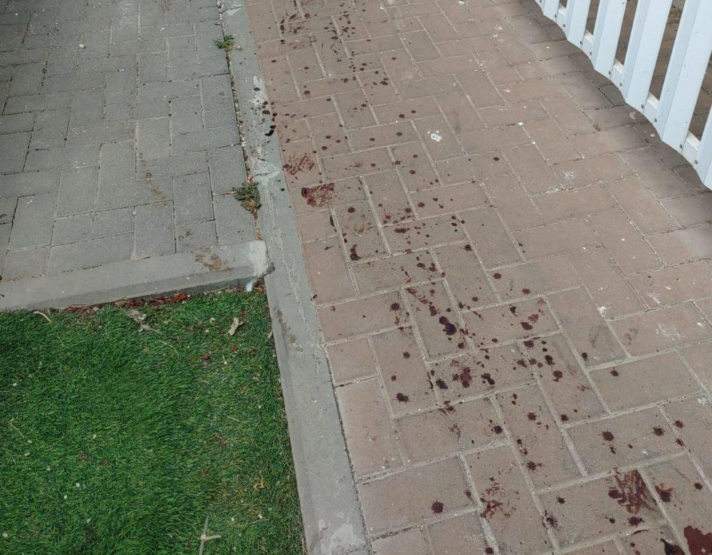 כתמי הדם בזירת האירוע ( צילום: דוברות המשטרה)