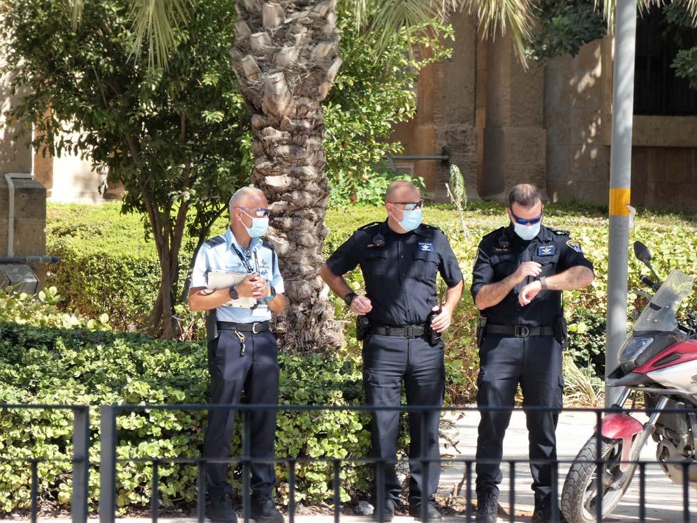 שוטרים מאבטחים את הפגנת הדגלים השחורים בחיפה בעת ביקור נתניהו (צילום: חי פה בשטח)
