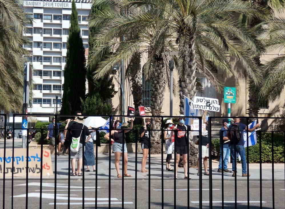 הפגנת הדגלים השחורים בחיפה בעת ביקור נתניהו (צילום: חי פה בשטח)