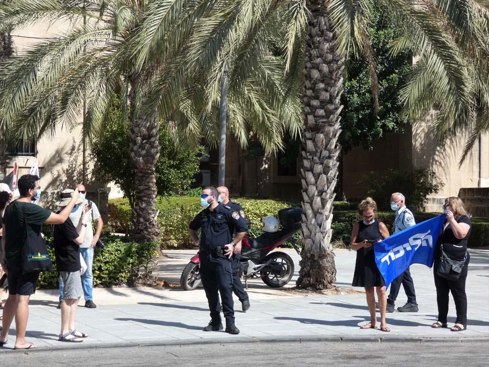 """הפגנת הדגלים השחורים ברחבת בית החולים רמב""""ם בחיפה בעת ביקור נתניהו (צילום: חי פה בשטח)"""
