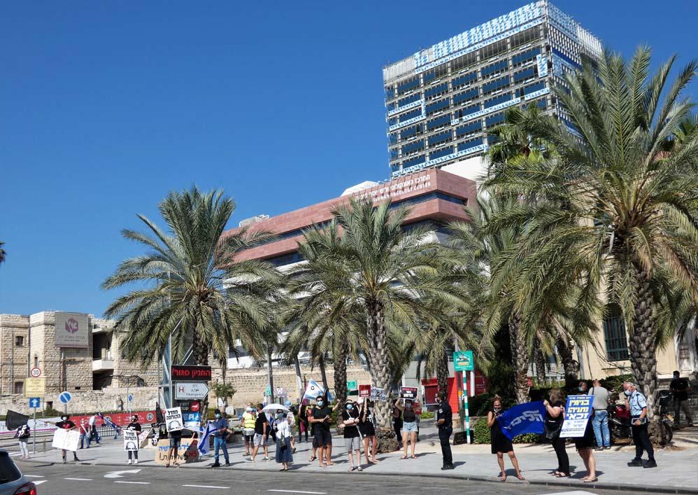 """הפגנה - הדגלים השחורים ברחבת בית החולים רמב""""ם בחיפה בעת ביקור נתניהו (צילום: חי פה בשטח)"""