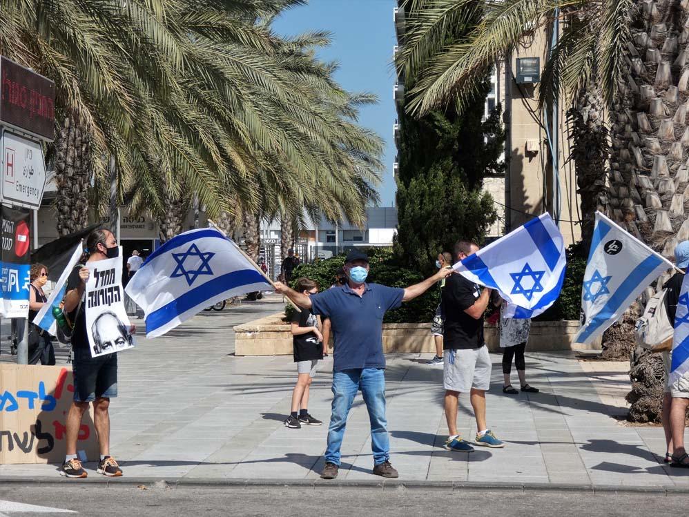 דגל ישראל בהפגנה - הדגלים השחורים בחיפה בעת ביקור נתניהו (צילום: חי פה בשטח)