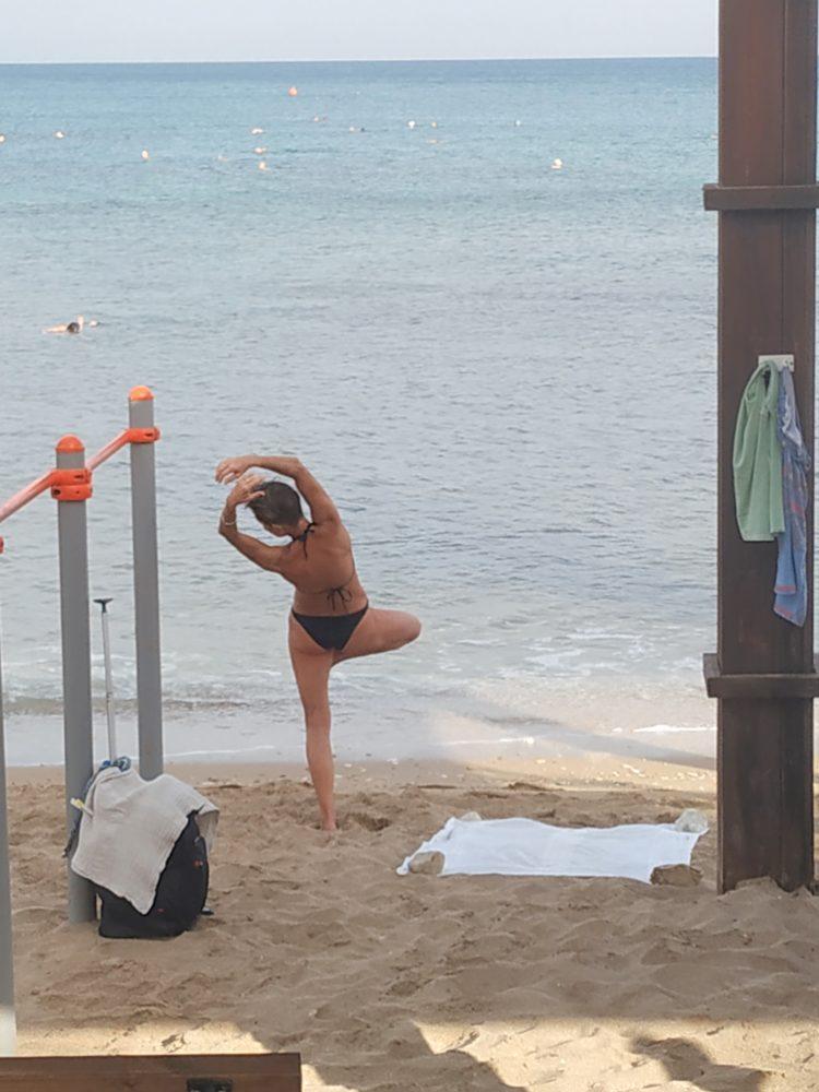 ריקוד באוויר • חוף בת- גלים - חיפה (צילום: שולה סנדר)