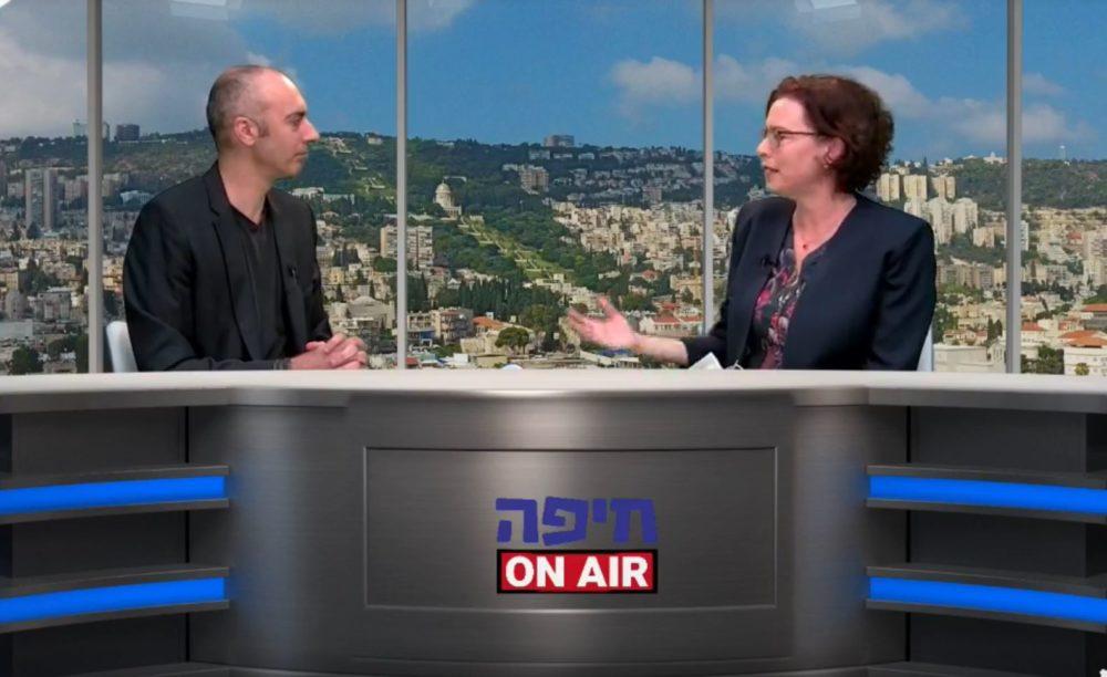 עינת קליש מעניקה לעובד שלה, אלירן טל, ריאיון (צילום: עיריית חיפה)