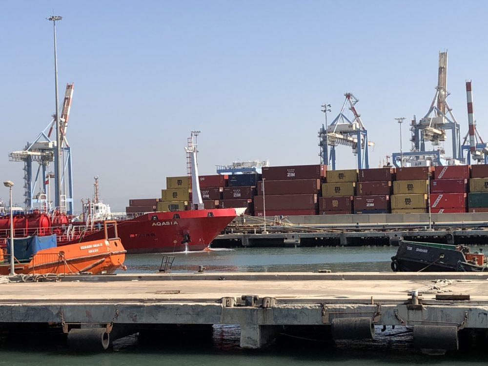 אניה (אדומה) קולטת דלק במסוף הדלקים ליצוא בנמל חיפה (צילום: ירון כרמי)