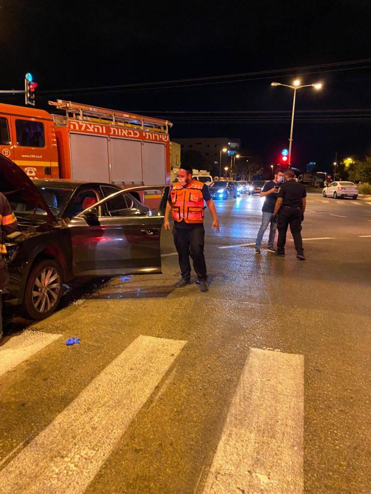 גבר נורה ברכבו - מצבו אנוש - זירת הירי ברחוב זבולון בקריית אתא (צילום: איחוד הצלה)