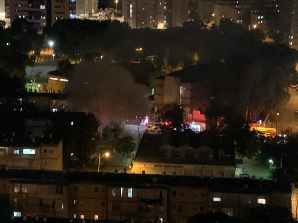רכב עולה באש בקריית אליעזר (צילום: נור אלדין אלעבאסי)