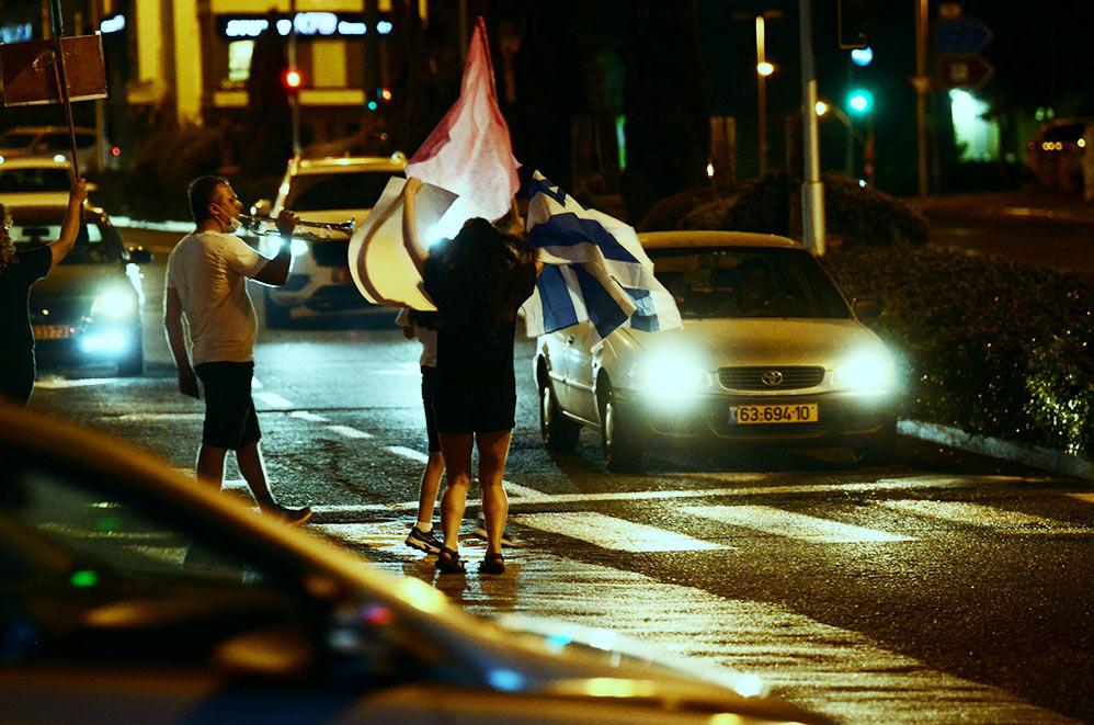 מחאת הדגלים השחורים במרכז חורב בחיפה (צילום: חגית אברהם)