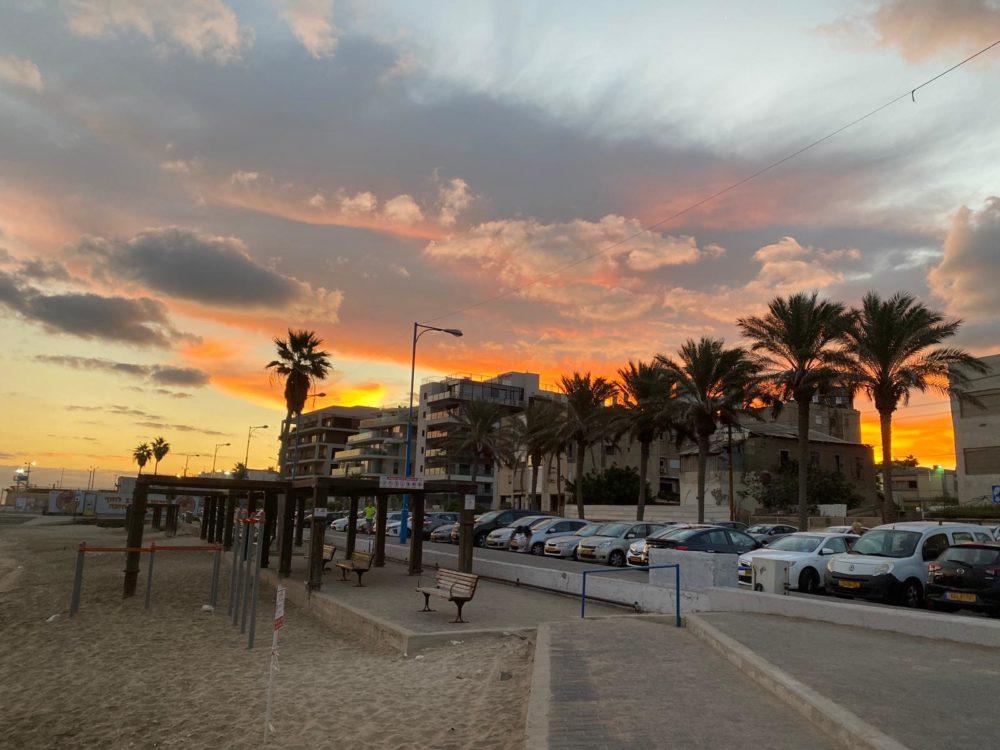 זריחה בטיילת בת גלים בחיפה (צילום: אקי פלקסר)