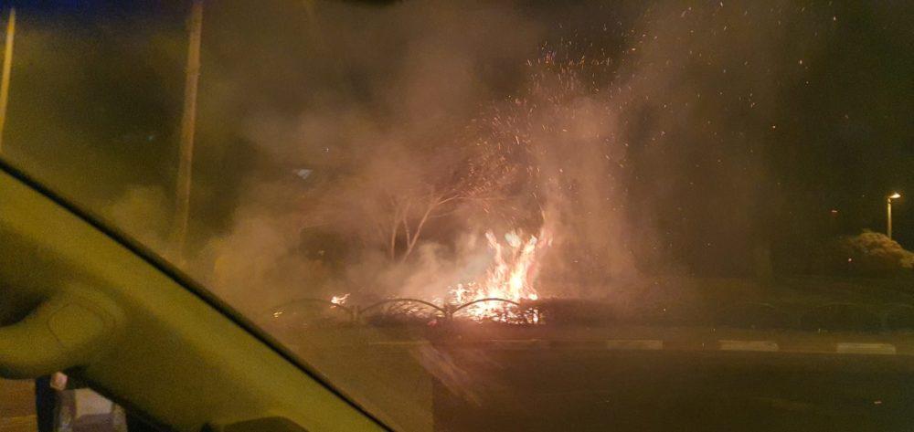 שריפה בגן שעשועים בעליה מכביש החוף לדרך צרפת(צילום: אריק שטיינר)